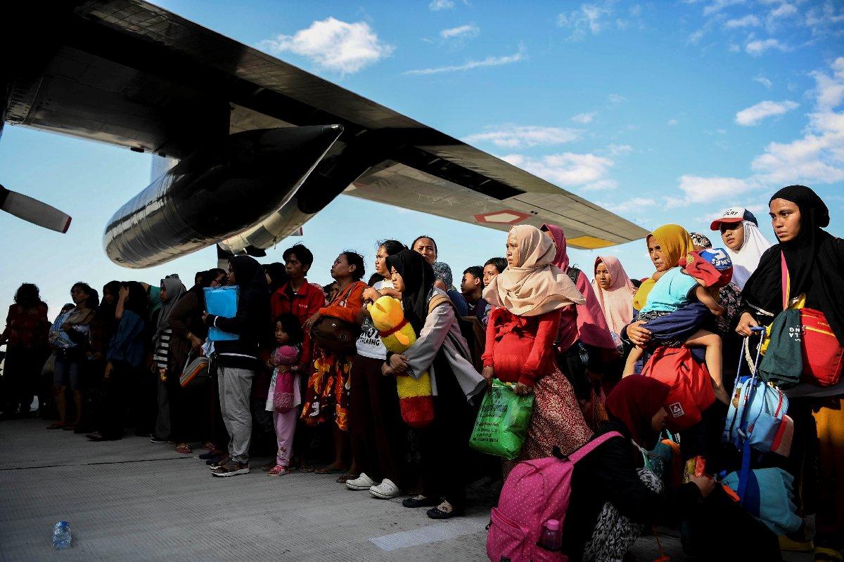 Deprem ve tsunamiden etkilenenler askeri uçaklarla bölgeden tahliye edildi.