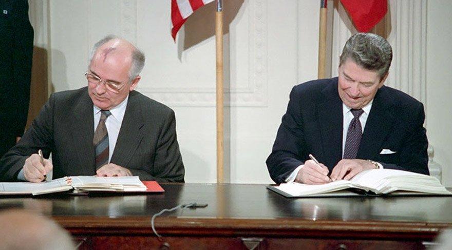 Anlaşma SSCB Genel Sekreteri Gorbaçoc ve ABD Başkanı Reagan arasında imzalanmıştı. Kaynak: Amerikan Başkanlık Kütüphanesi