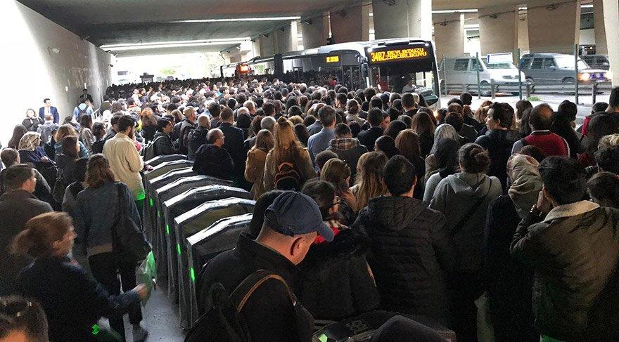 Saat 18:15 civarlarında Gayrettepe metrobüs durağındaki yoğunluk objektife böyle yansıdı. FOTO:SÖZCÜ