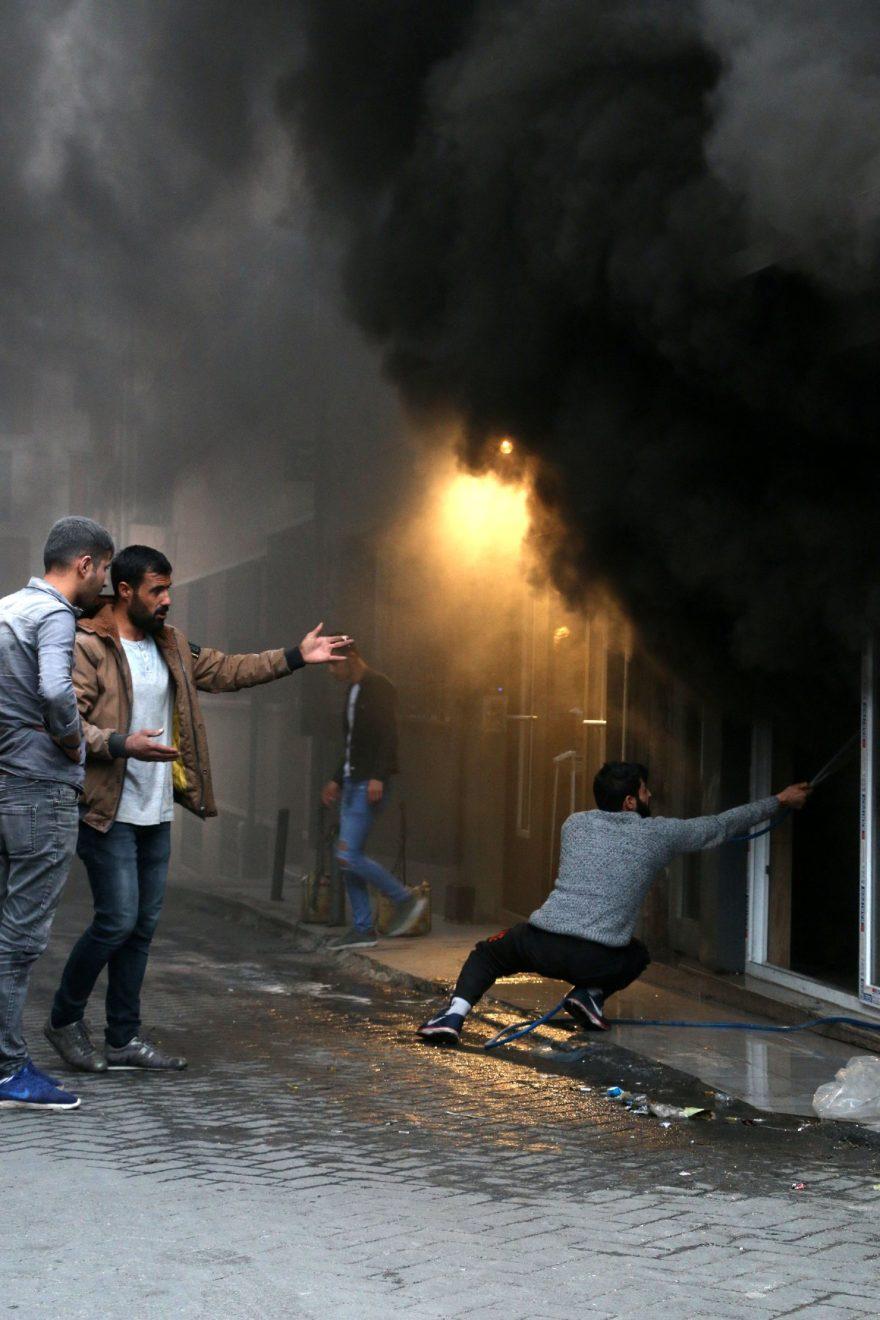 Yangına dükkan sahipleri müdahale etti. DHA