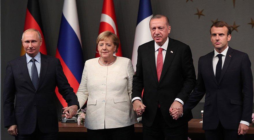 Liderler zirve sonrası fotoğraf çektirdi. AA