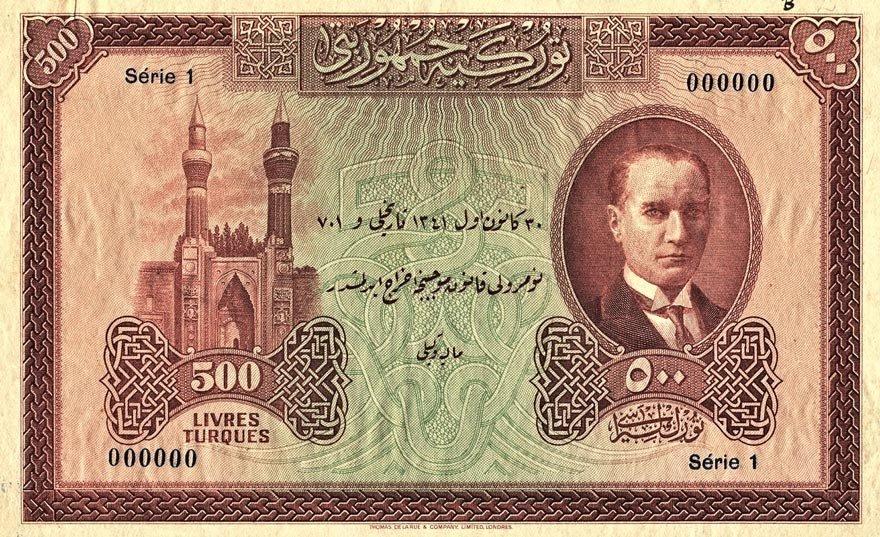 1. emisyon 500 Türk Lirası. Paranın ön yüzünde solda Sivas'teki Gökmedrese, sağda Atatürk var.