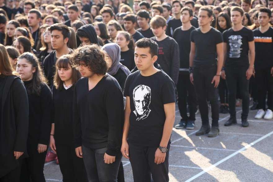 Anadolu Lisesi öğrencileri, Büyük Önder Mustafa Kemal Atatürk'ün ebediyete intikalinin 80. yılı dolayısıyla koreografi hazırladı. Foto: AA