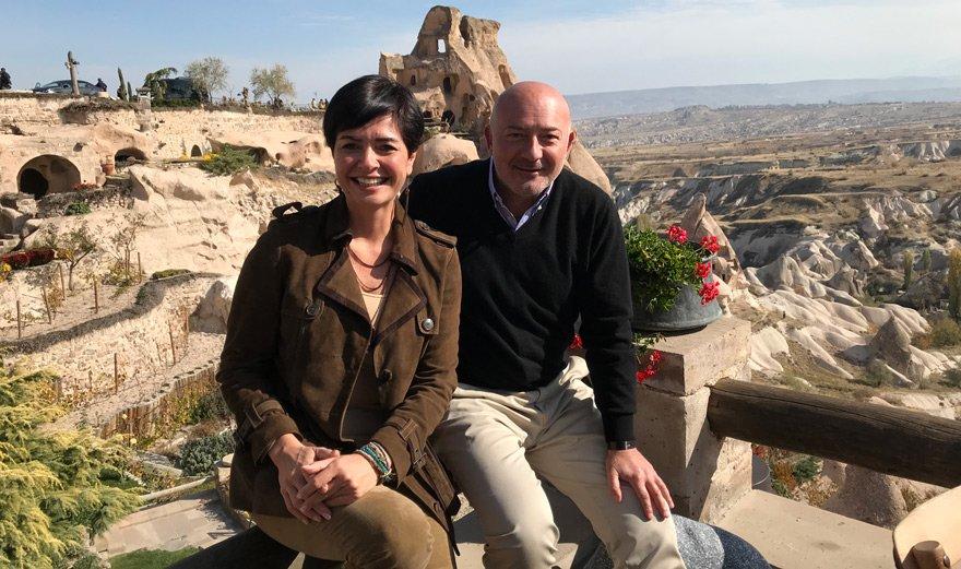 """GÖBEKLİTEPE VE HASANKEYF'TE ÇOK DOĞRU İŞLER YAPMAK LAZIM... Kapadokya'da Özlem Gürses'in sorularını yanıtlayan Ferit Şahenk, Göbeklitepe ve Hasankeyf turizm projelerinden söz ederken """"Bizi çok heyecanlandıran iki bölge. Çok doğru ve kalıcı işler yapmak lazım. O kadar değerli ki her ikisi de... Dünya mirası"""" dedi."""