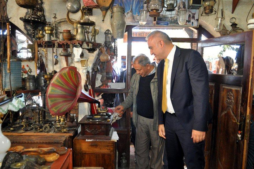"""Bölge esnafını ziyaret eden Ersoy, """"Yöre halkı kazanmadan turizm farkındalığını yayamazsınız"""" dedi."""