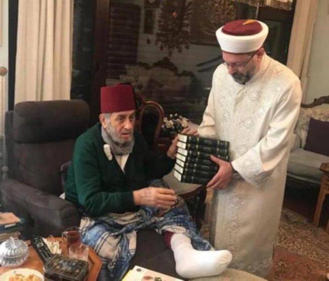 ATATÜRK DÜŞMANI 'FESLİ KADİR'E ZİYARET TEPKİ ÇEKMİŞTİ Diyanet İşleri Başkanı Prof. Ali Erbaş'ın Kadir Mısıroğlu'na yaptığı bu 'geçmiş olsun' ziyareti 10 Kasım'da medyaya yansımıştı.
