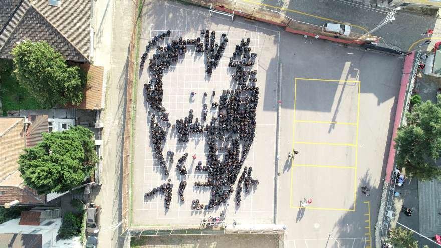 Öğrencilerin yaptığı siluet havadan böyle görüntülendi. Foto: AA