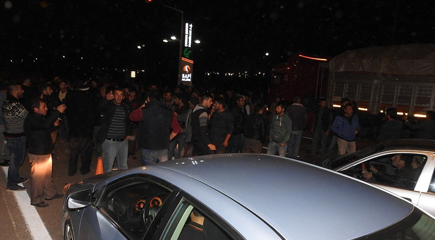 Eylemciler Çorum-Samsun karayolunu da bir süre trafiğe kapattı. Foto: AA