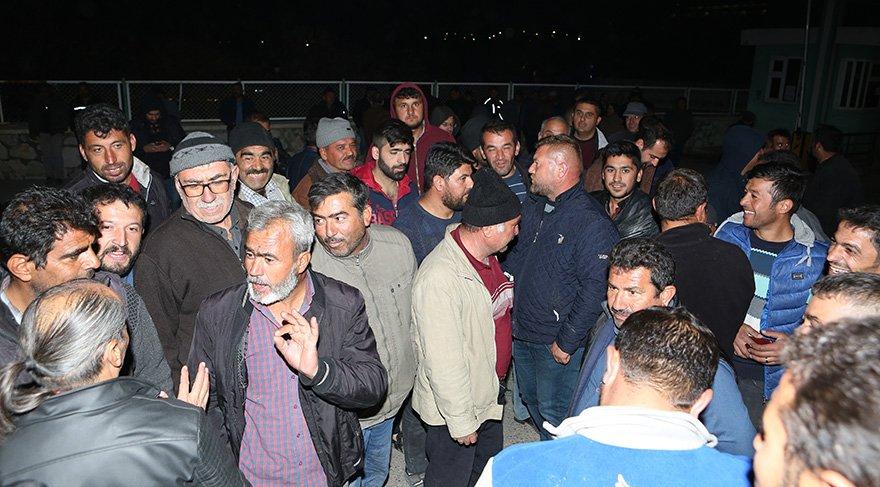 200 kişilik grup, 50 gündür alacaklarının ödenmediği gerekçesiyle özelleştirilen şeker fabrikası önünde eylem yaptı. Foto AA