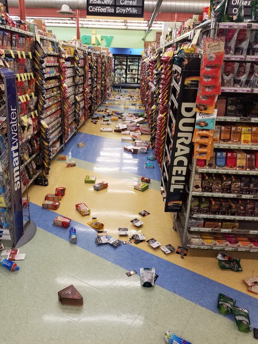 Depremde bir marketin rafları bu hale geldi. Reuters