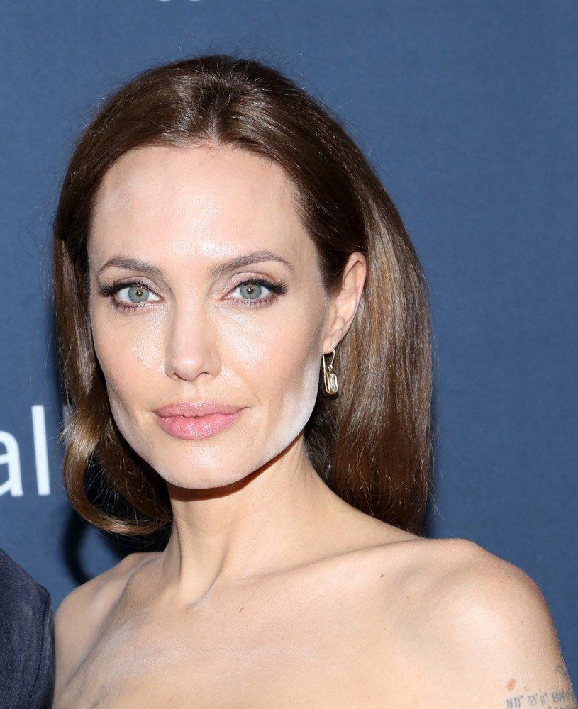 Güzelliği için paradan kaçınmayan oyuncu Angelina Jolie sağlıklı ve fit görünümü için bol bol havyar yiyormuş. Yağ bakımından zengin ve oldukça pahalı olan Bearii havyarı ile vücudundaki çatlaklarından, lekelerinden kurtulmuş.