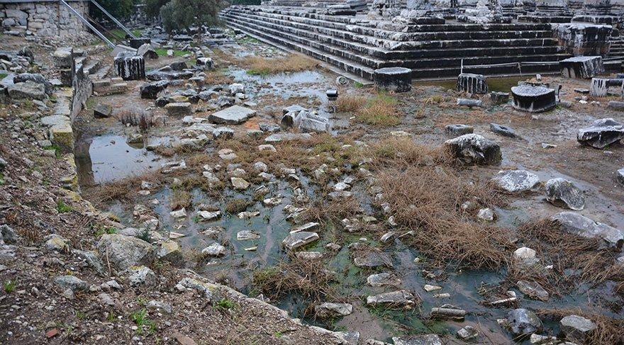 Tapınağın zeminine dolan suyun kaynağı belirlenemedi. Foto: AA