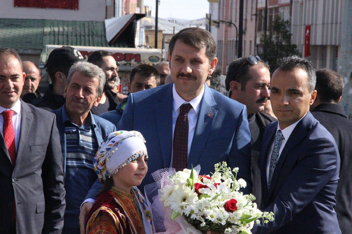 Sivas Valiliğine atanan Salih Ayhan çiçeklerle karşılandı