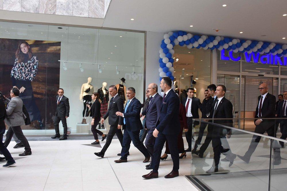 AVM'nin açılışına Balıkesir Valisi Ersin Yazıcı başta olmak üzere kent protokolü de katıldı.