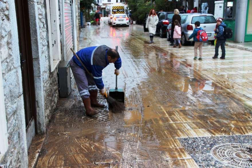 Selin ardından çamurla kaplanan caddeler temizlenmeye başlandı