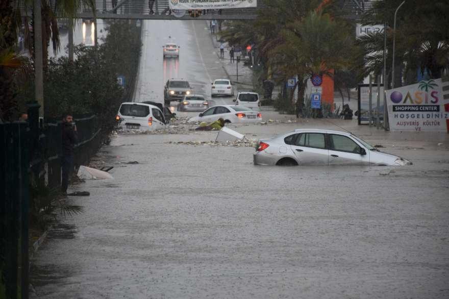 Metrekareye 45 kilogram yağış düşen ilçede sokaklar göle döndü Foto: AA
