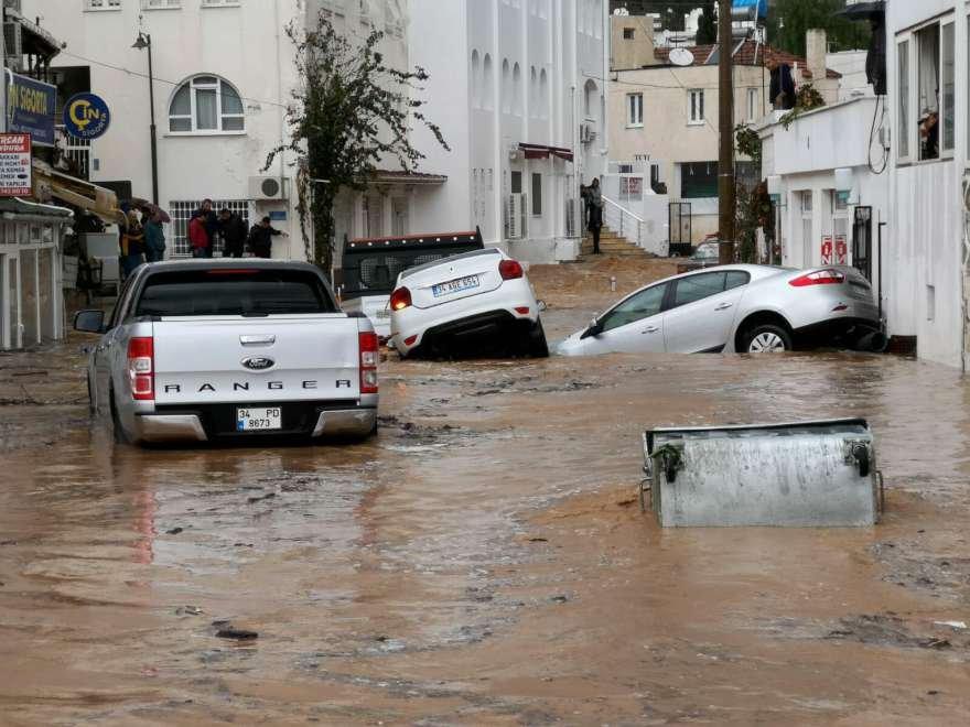 Otomobiller sel sularına kapılıp sürüklendi. Foto: AA