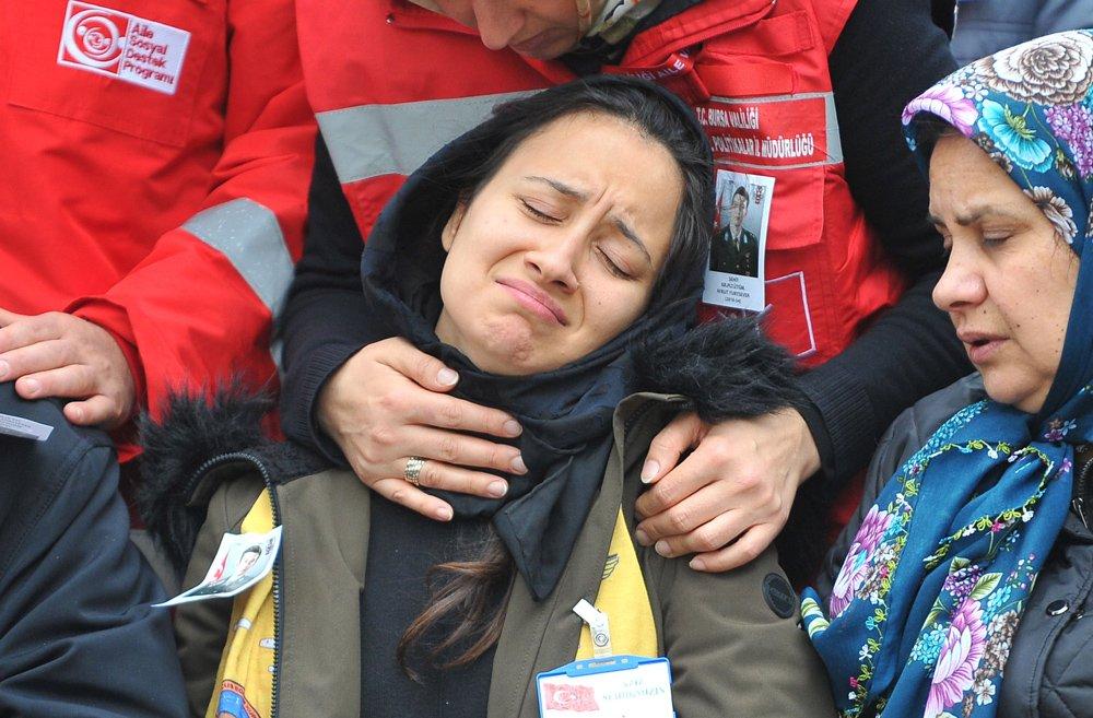 FOTO:DHA - Kardeşi, şehit ağabeyini böyle uğurladı.