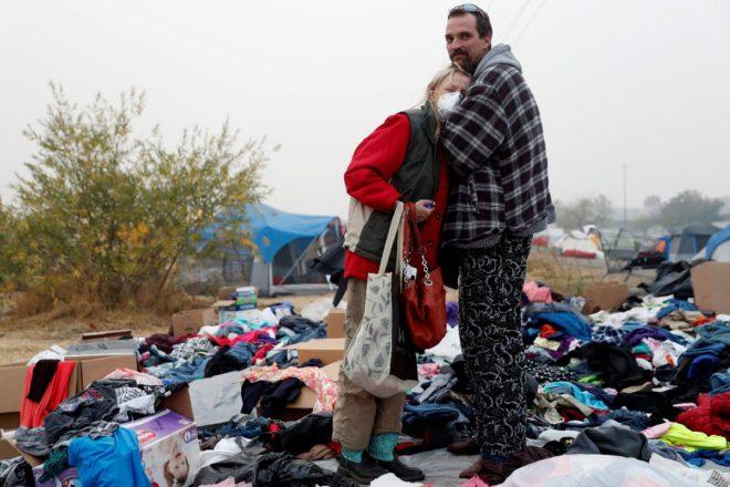 Yangında evlerini kaybedenler çadırlarda yaşam mücadelesi veriyor.
