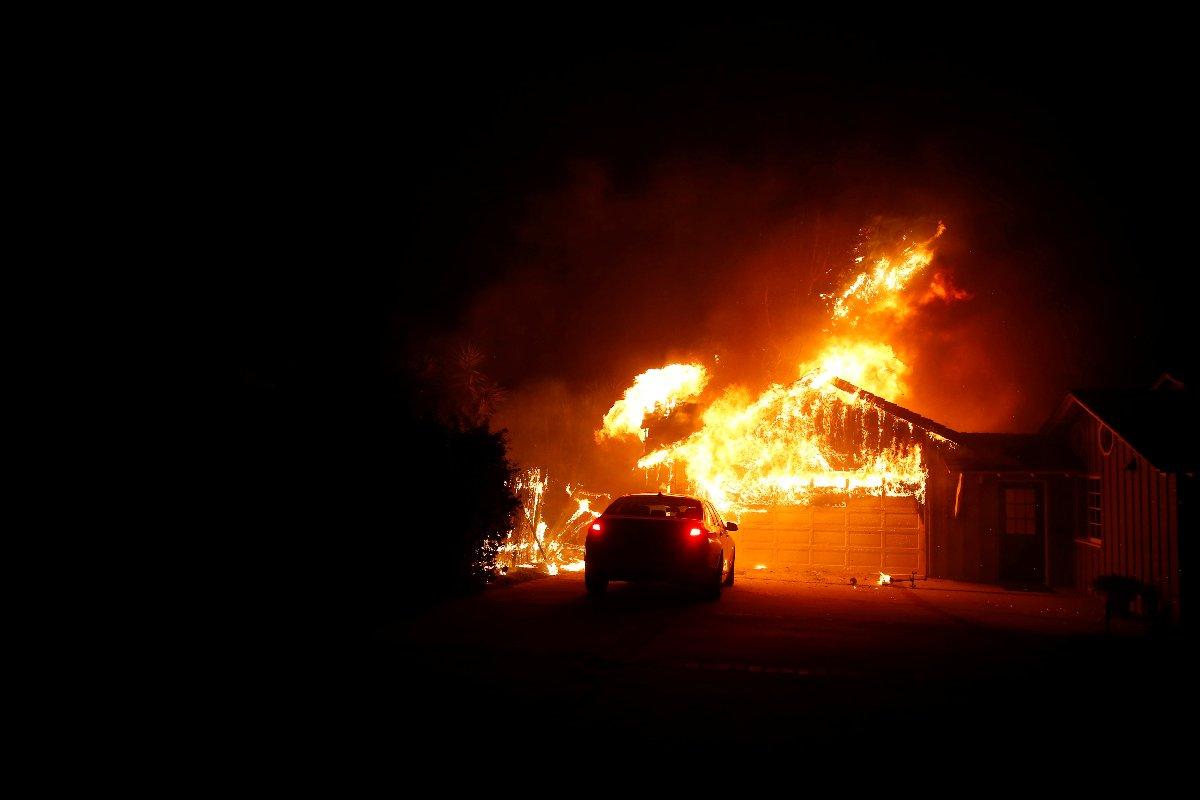 Yangında birçok ev ve iş yeri hasar gördü. Reuters