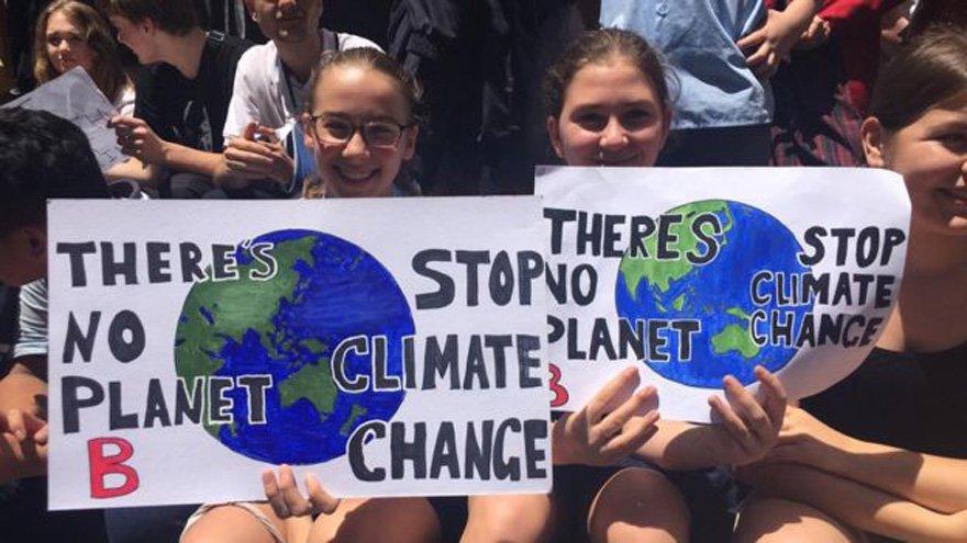 Öğrenciler, gösterilerde İsveçli bir öğrenciden ilham aldıklarını söylerken, bu eylemin küresel olarak yayılacağını öne sürdü.