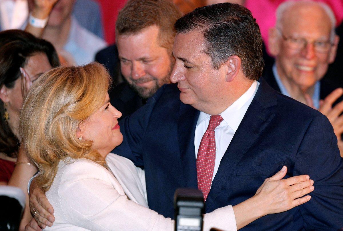 Cumhuriyetçilerin adayı Ted Cruz (sağdaki) kritik zaferiyle Senato'da çoğunluğun Cumhuriyetçilerde kaldığını resmi hale getirdi. Cruz zaferini eşiyle kutladı.