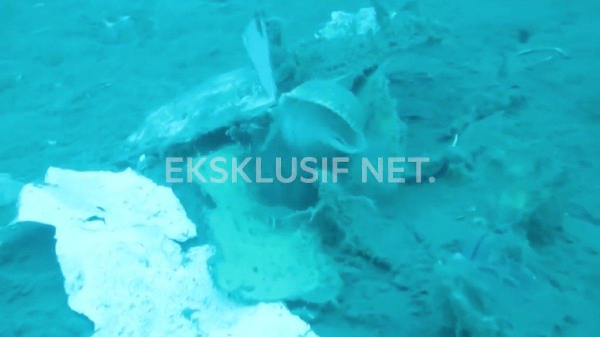 Dalgıçlar, denize düşen uçağın enkazındaki cesetlere ulaşmaya çalışıyor.