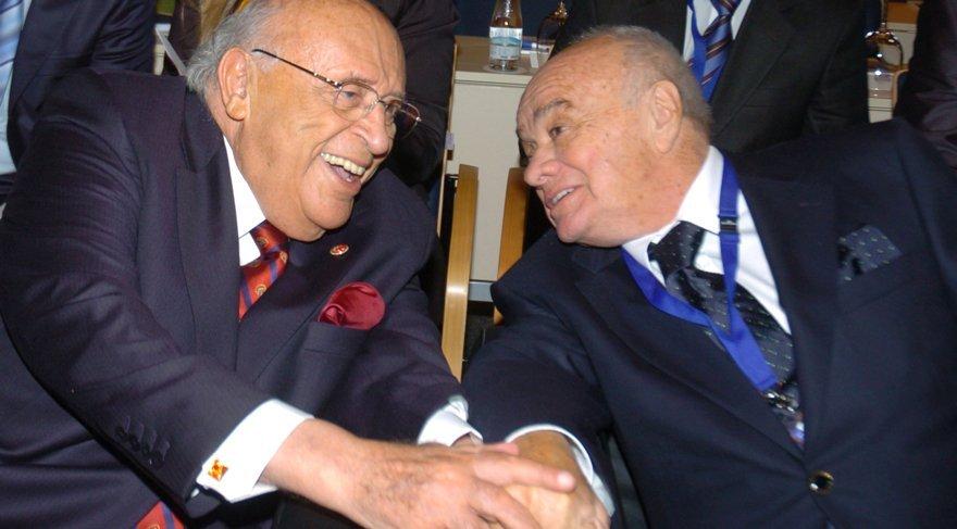 9. Kuzey Güney Avrupa Ekonomi Forumuna katılan 9.Cumhurbaşkanı Süleyman Demirel (solda), işadamı Şarık Tara (ortada), gülerek sohbet etti. Fotoğraf: Depo Photos
