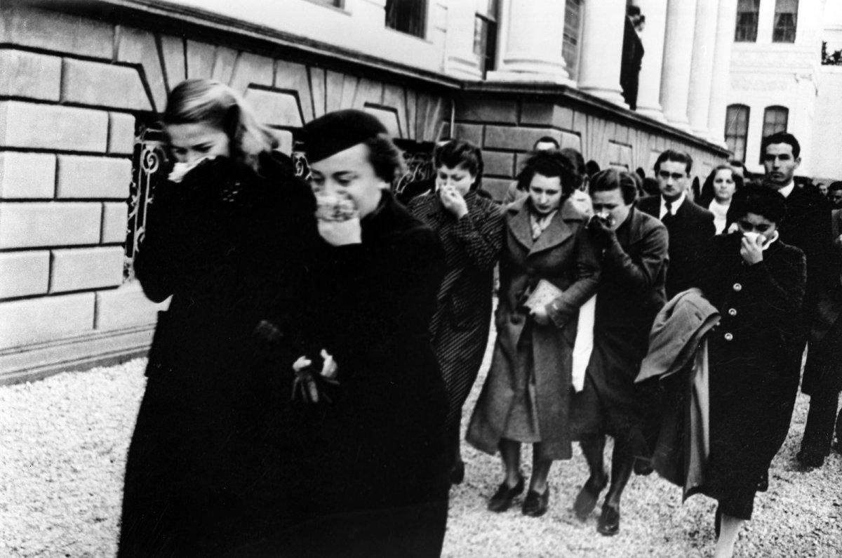 Cumhurbaşkanı Mustafa Kemal Atatürk'ün vefatında göz yaşı dökenler.