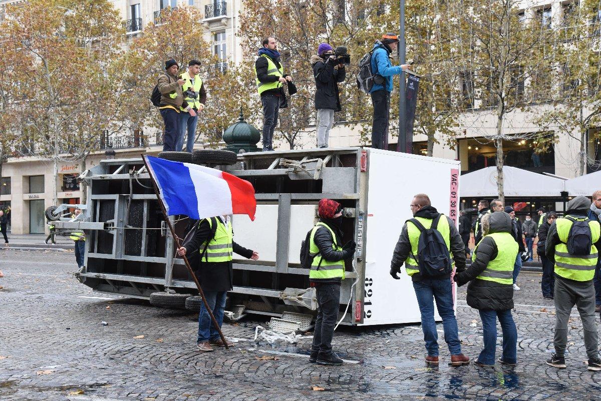 Göstericiler, Paris'in göbeğinde bazı araçları devirerek yaktı.