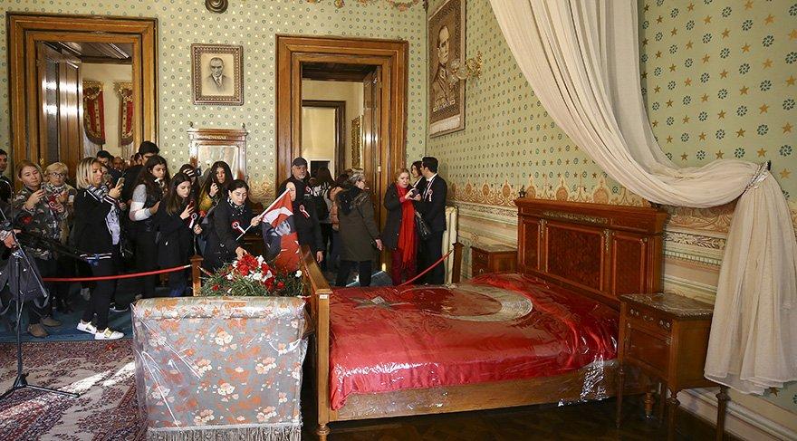 Vatandaşlar Mustafa Kemal Atatürk'ün, Dolmabahçe Sarayı'ndaki yatağını karanfillerle donattı. Foto: AA