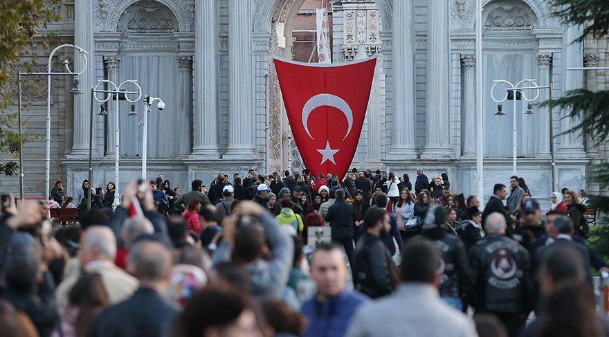 Türkiye Cumhuriyeti'nin kurucusu Mustafa Kemal Atatürk'ün, ebediyete intikalinin 80. yıl dönümü dolayısıyla vatandaşlar, hayata gözlerini yumduğu Dolmabahçe Sarayı'na geldi.