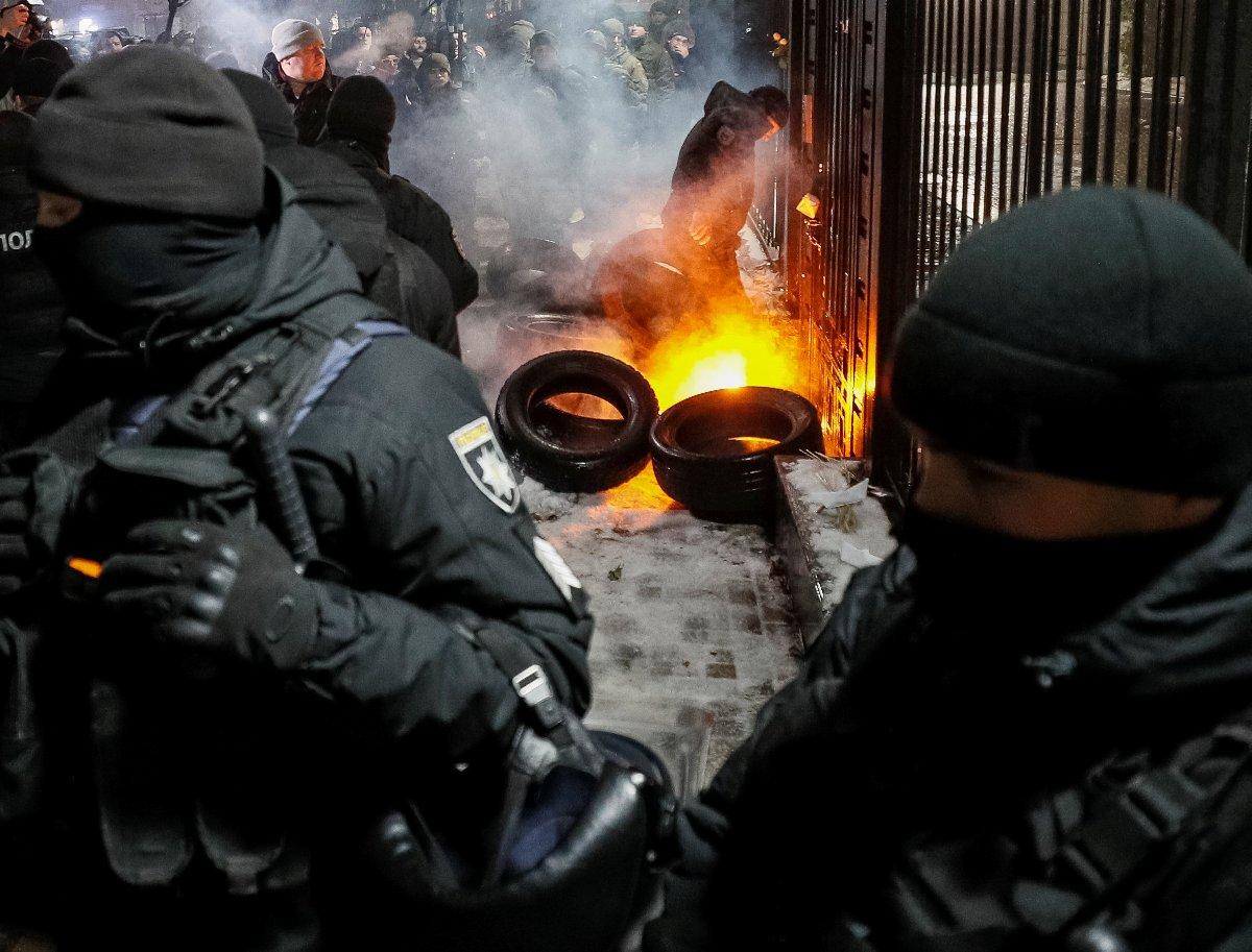 Yaşananların ardından dün gece Kiev'deki Rusya Büyükelçiliği önünde gösteri düzenlendi. Güvenlik güçleri ile Ukraynalılar arasında arbede yaşandı.