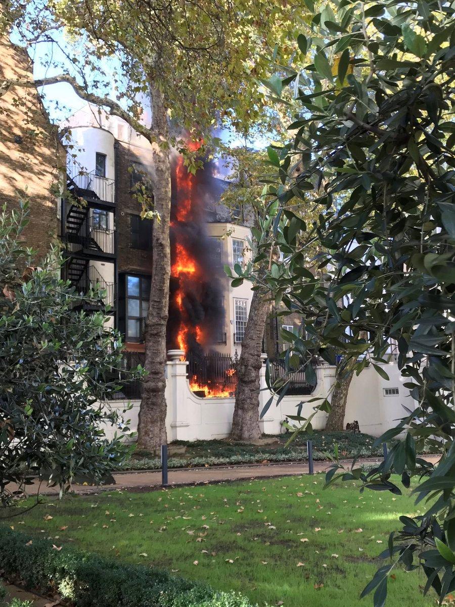 Reuters'ın servis ettiği fotoğrafta binanın tamamen yandığı görülüyor.