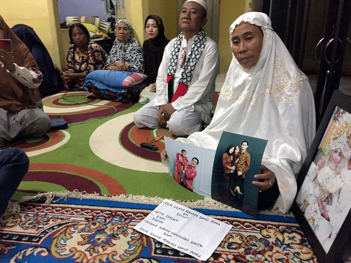 Endonezya'da hayatını kaybeden yolcuların yakınları, naaşları bekliyor.