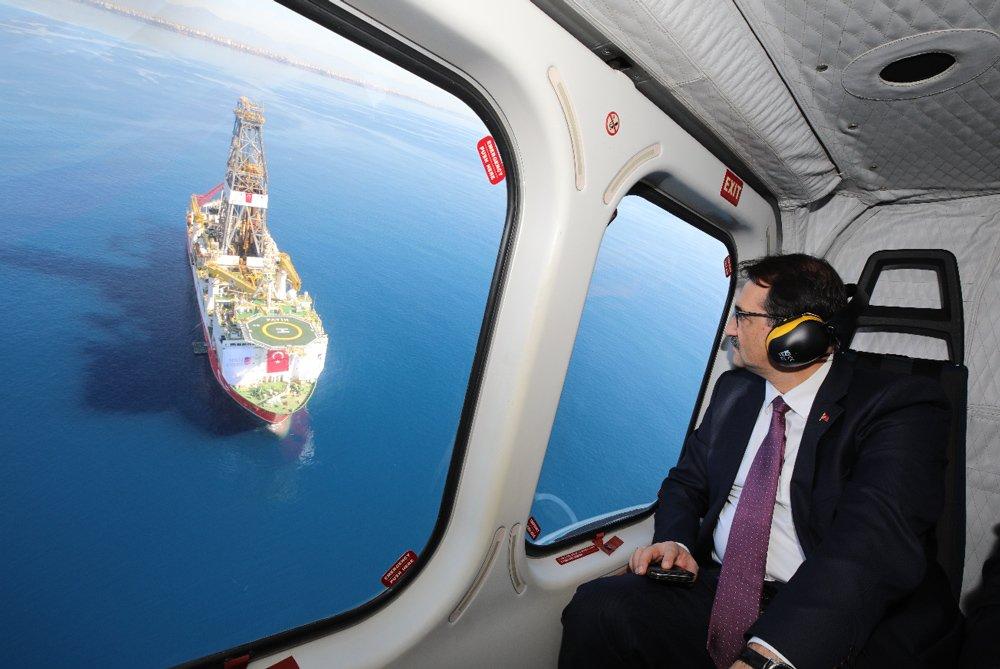 FOTO:AA - Enerji ve Tabii Kaynaklar Bakanı Fatih Dönmez, Türkiye'nin milli sondaj gemisi Fatih'in Akdeniz'de yapacağı ilk derin deniz sondaj törenine katılmış, helikopterle incelemelerde bulunmuştu.