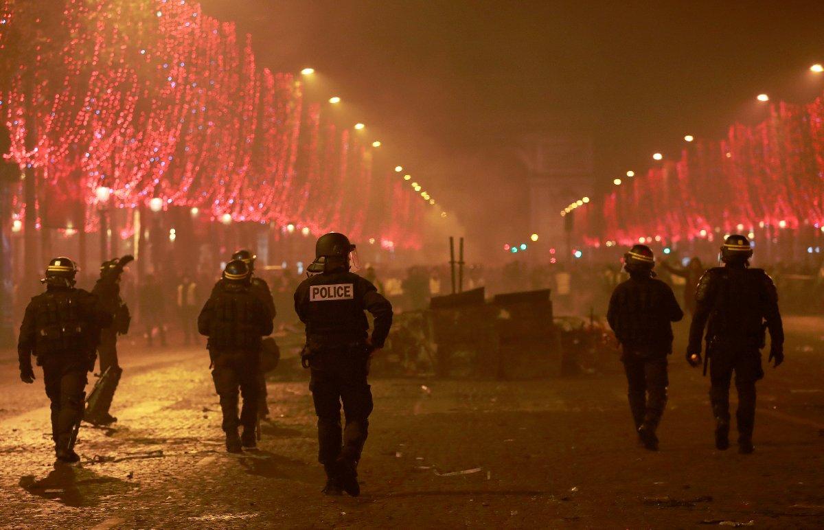 Fransa Cumhurbaşkanı Macron, göstericilere müdahale eden polisi sosyal medya üzerinden tebrik etti.