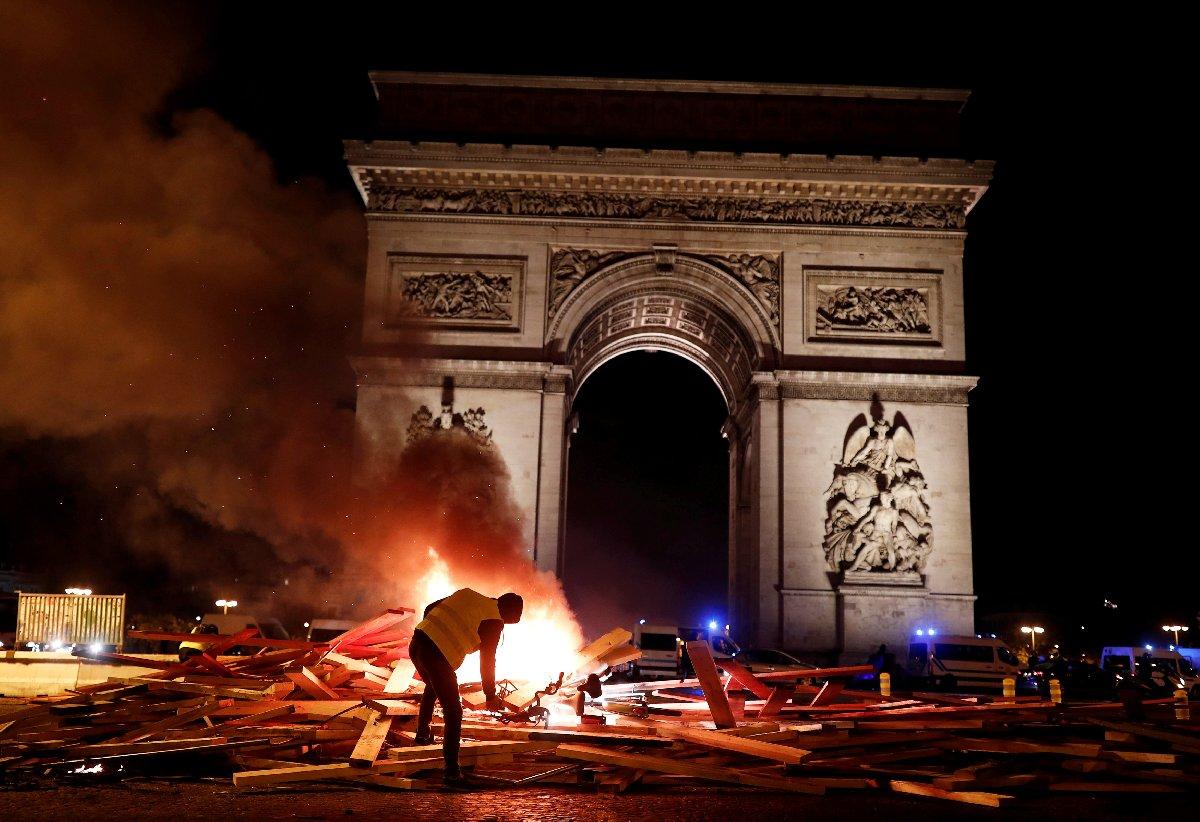 Göstericiler, Paris'in en popüler caddelerinden Champs Elysee'de toplandı ve polisle çatıştı.