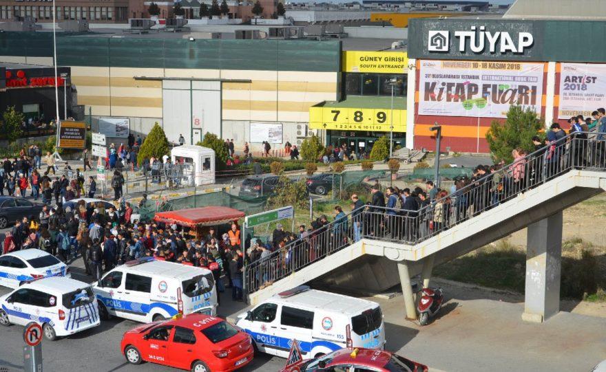 Üstgeçitteki yoğunluk nedeniyle vatandaşlar fuar alanına ulaşmakta sıkıntı çekti. DHA