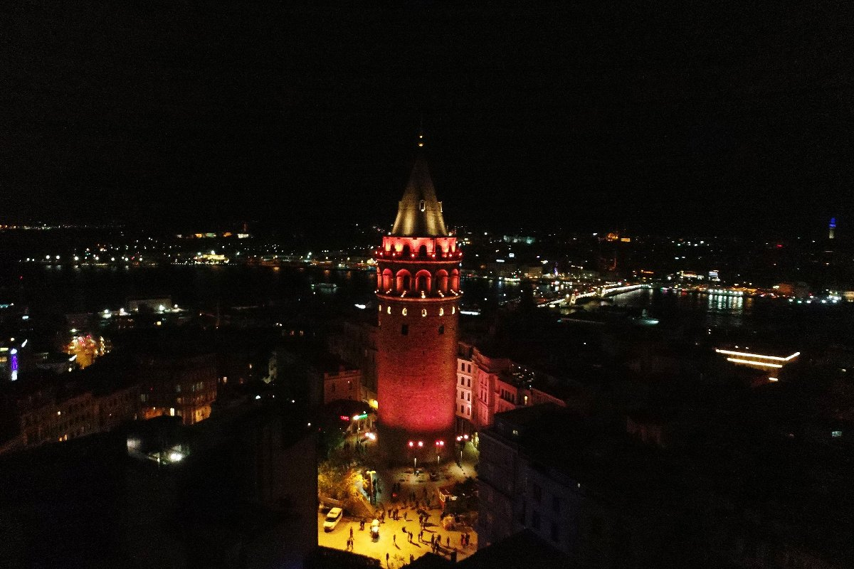 Tarihi Galata Kulesi turuncuya büründü. İHA