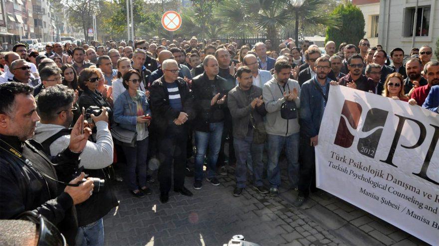 Öğretmenler adalet sarayı önünde tepki gösterdi. DHA