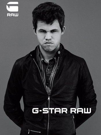 Carlsen, moda markalarıyla anlaşma yaparak genç yaşında marka yüzü olmayı da başardı.