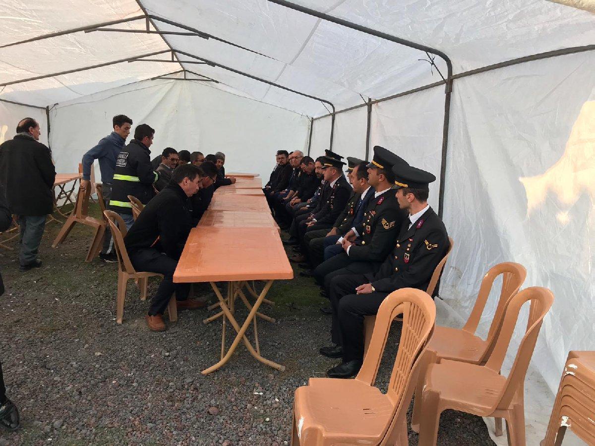 Şehit evinin önüne misafirler için çadır kuruldu. DHA
