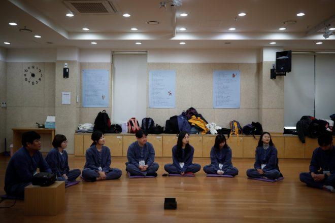 Mahkumlar yoga seansları yapıyor.