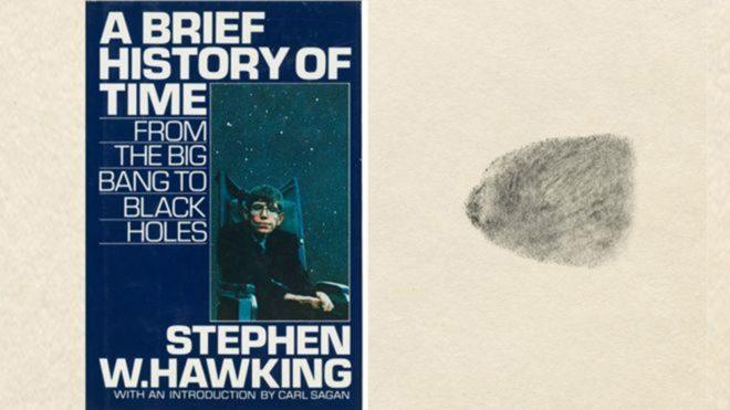 Hawking tarafından parmak iziyle imzalanan 'Zamanın Kısa Tarihi' kitabı müzayedede satılan eserler arasındaydı.