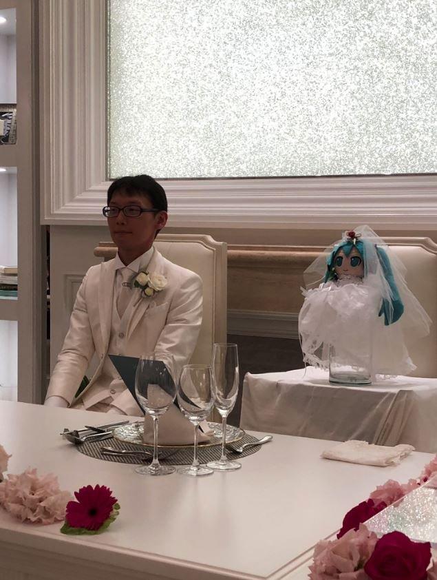 Yaklaşık 40 davetlinin katıldığı törene damadın annesi gelmedi.