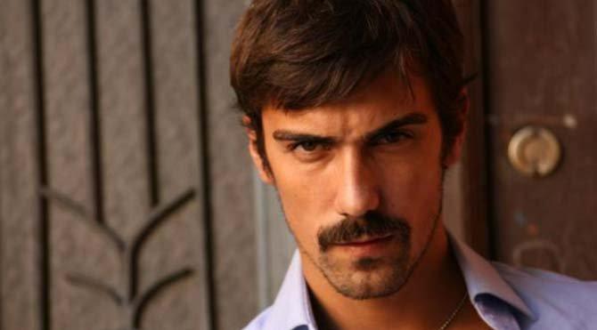 İbrahim Çelikkol Yeşilçam'ın efsane yapımlarında İffet'in Televizyon dizisinde Cemil karakterini canlandırdı