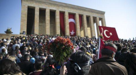 Anıtkabir ve Dolmabahçe'de insan seli
