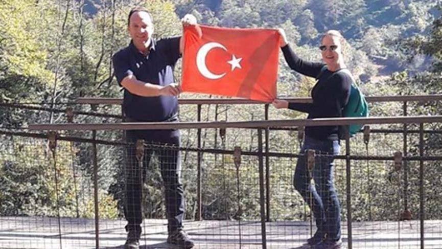 Ender ve Gülşah Alkoçlar'dan Türk bayraklı paylaşım