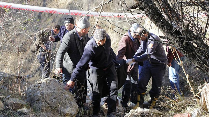 Kamyonet uçuruma yuvarlandı: 2 ölü